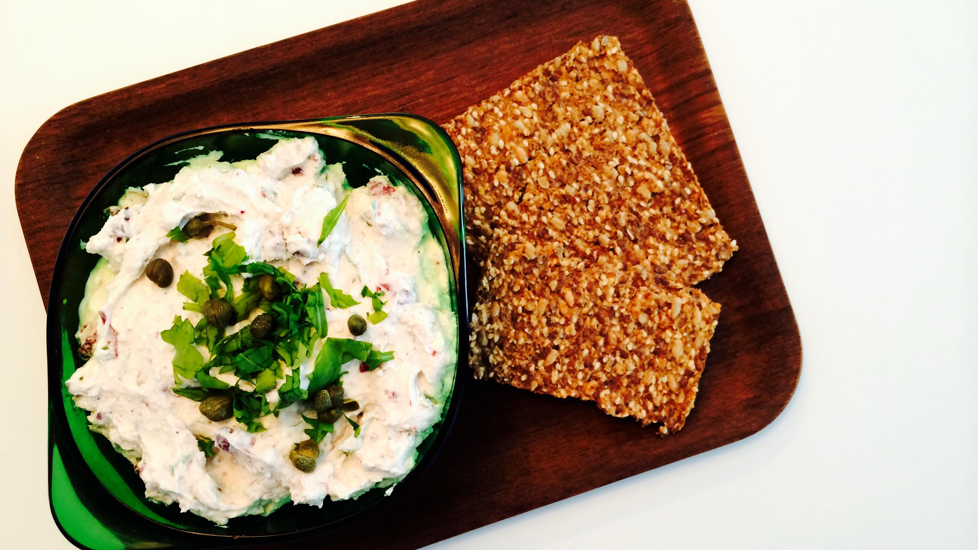 Kremost med kapers, oliven & sitron