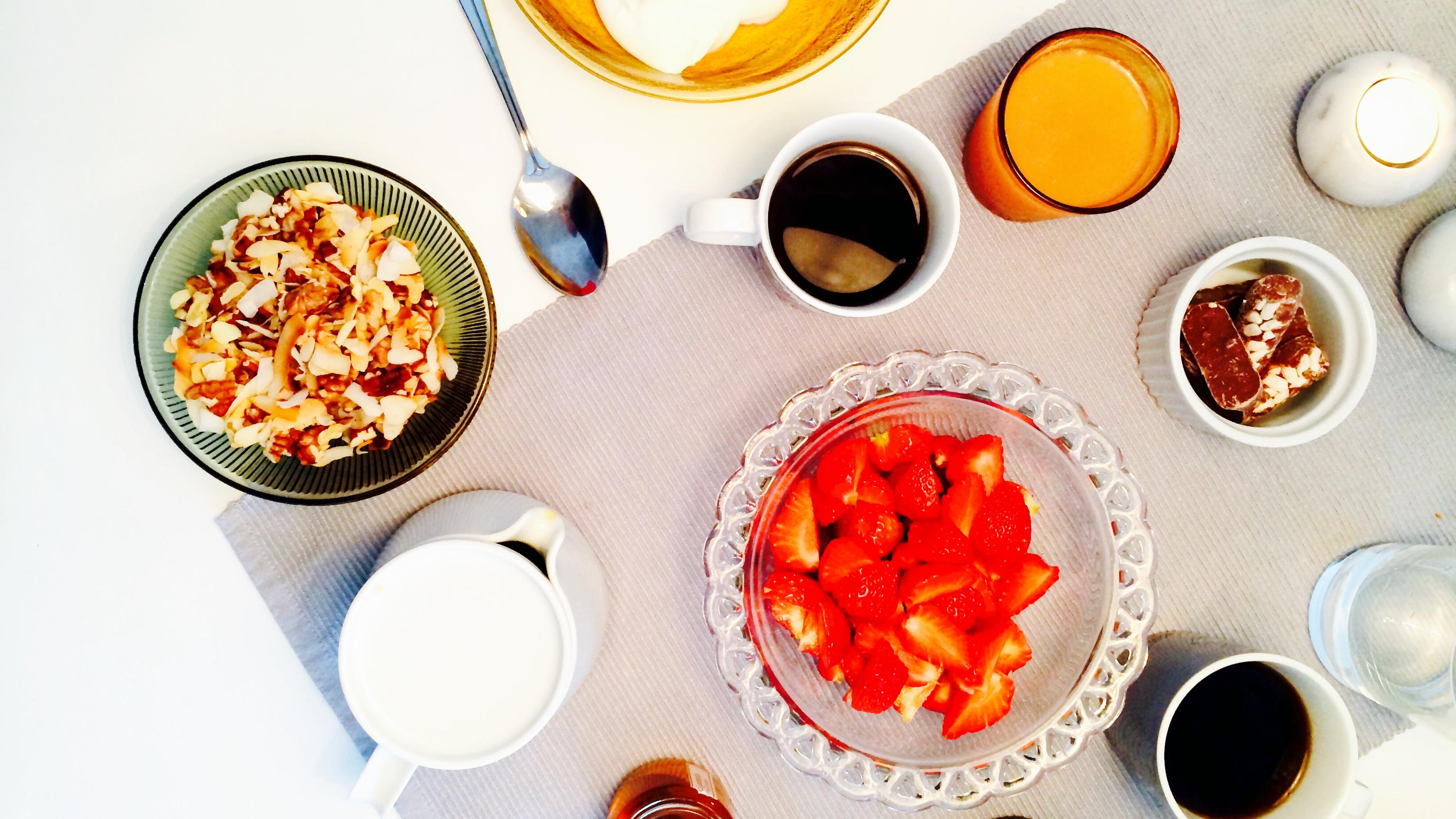 Sommerfrokost med yoghurt & bær