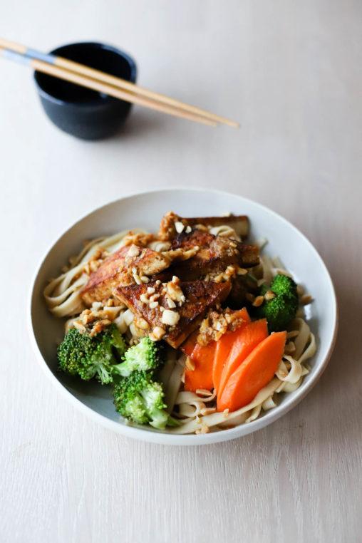 Sobanudler med tofu, brokkoli & sterk peanøttdressing
