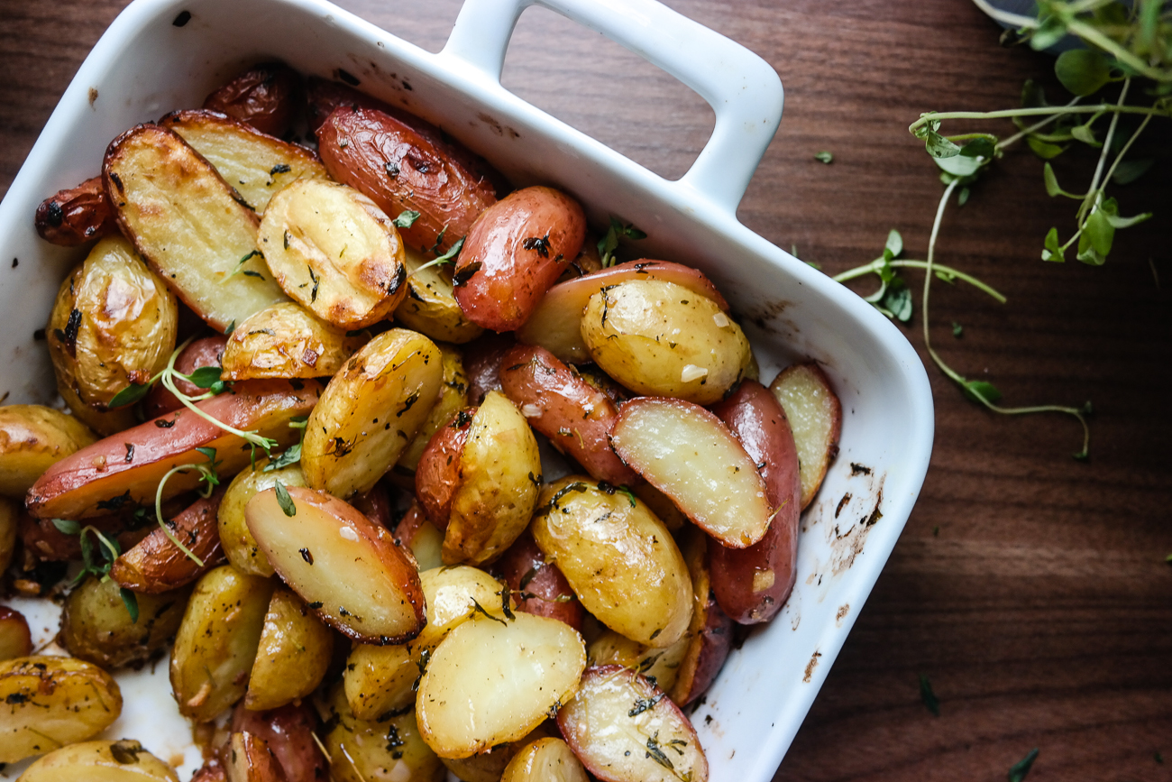 Poteter, olivenolje, smør, urter, sitron, stekeovn - perfeksjon.