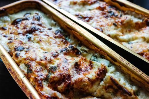 Lyst til å prøve en skikkelig rolls royce-lasagne? Her er den, med hvit saus, tre oster, spinat og salvie.