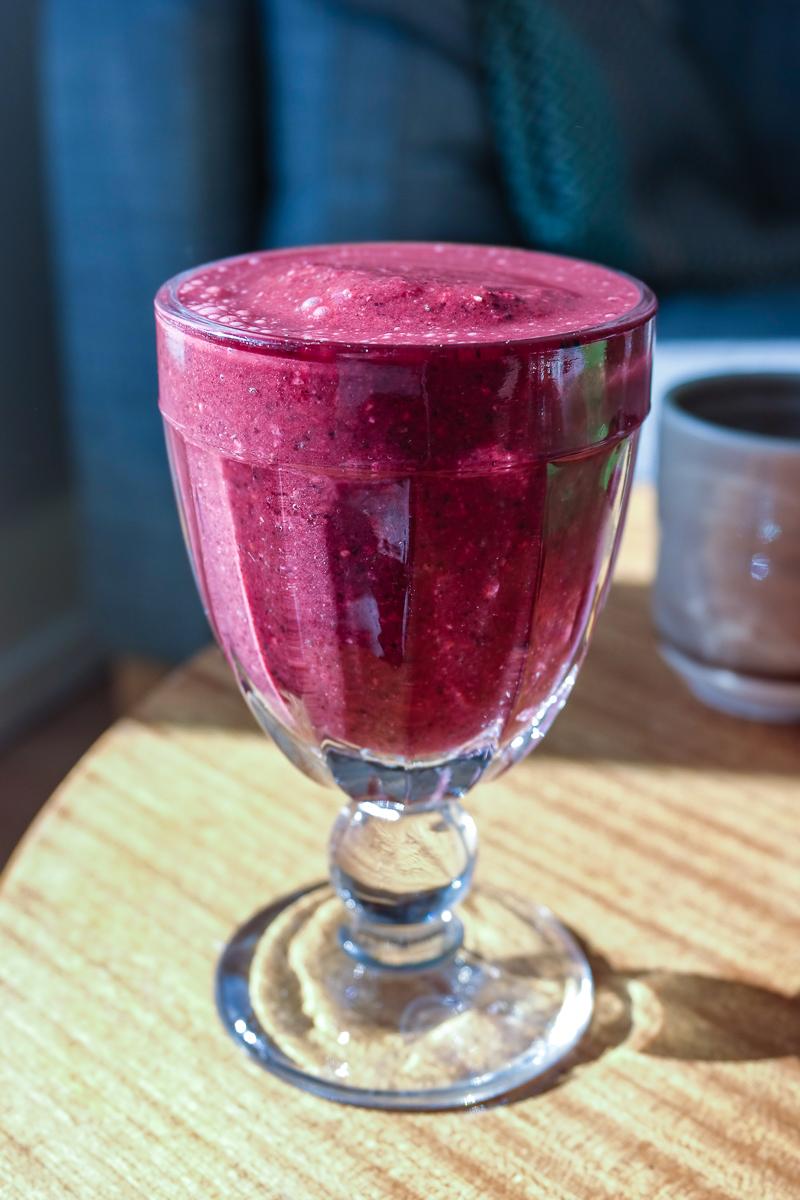 En sunn og mettende smoothie er den perfekte starten på dagen. I denne er det friske bær, havregryn og chiafrø - for å nevne noe.