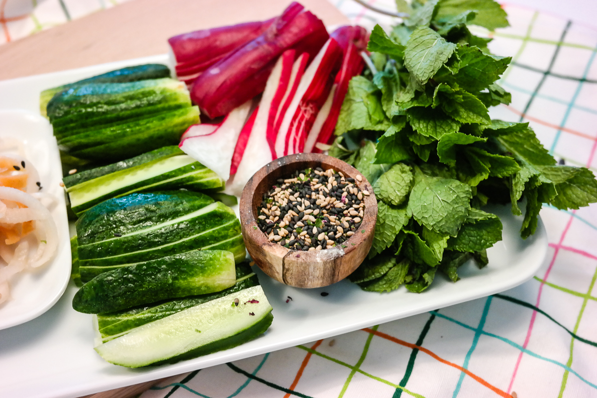Vær en god vert, og la gjestene lage maten sin selv med et DIY vårrull-bord!