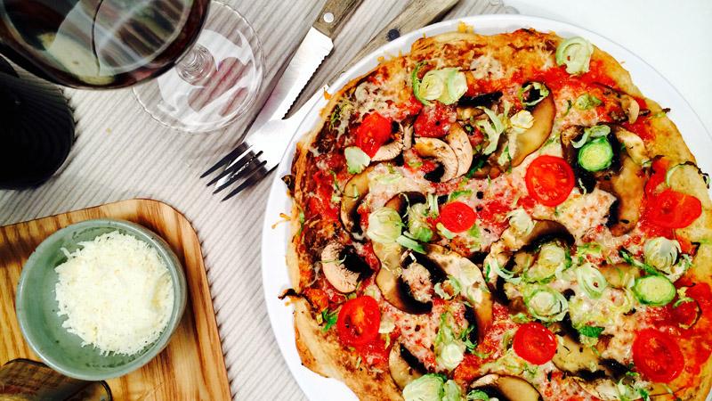 Pizza med tomatsaus, portobello og rosenkål
