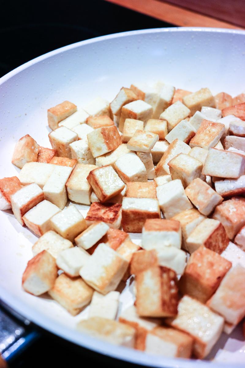 Om salat med mango, avocado, curry, kokos og peanøtter er en rar kombinasjon? Kanskje - men veldig godt!