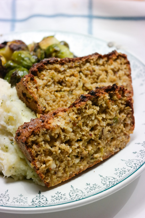 Vår tradisjonelle julemiddag inneholder nøttestek, linsekaker, poteter, rosenkål og en god fløtesaus.