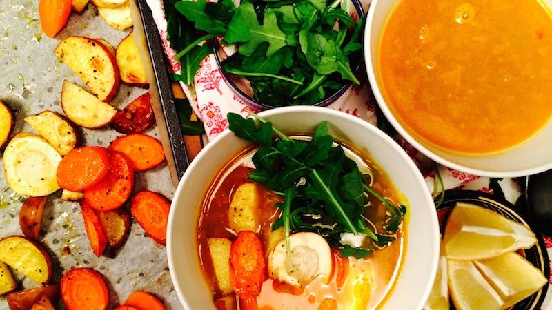 Bakte rotgrønnsaker i gurkemeiekraft