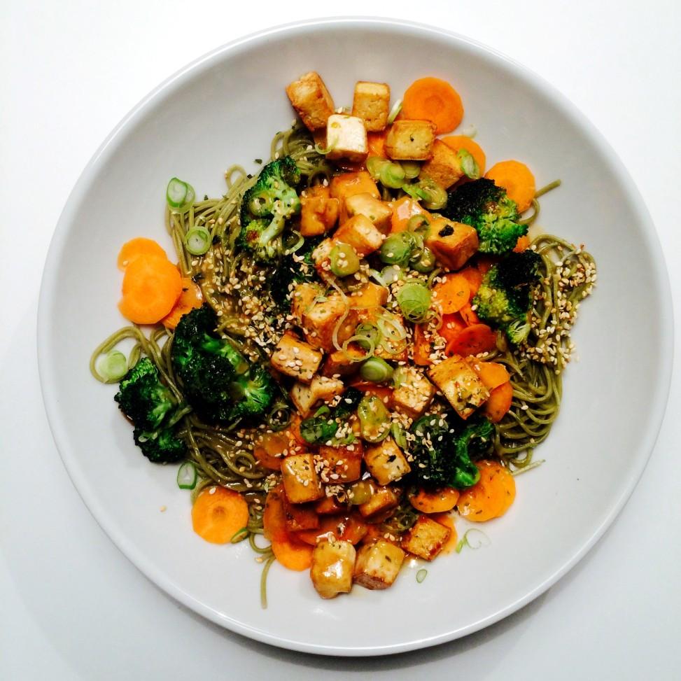 Nudler med tofu, grønnsaker og misodressing - Green Bonanza