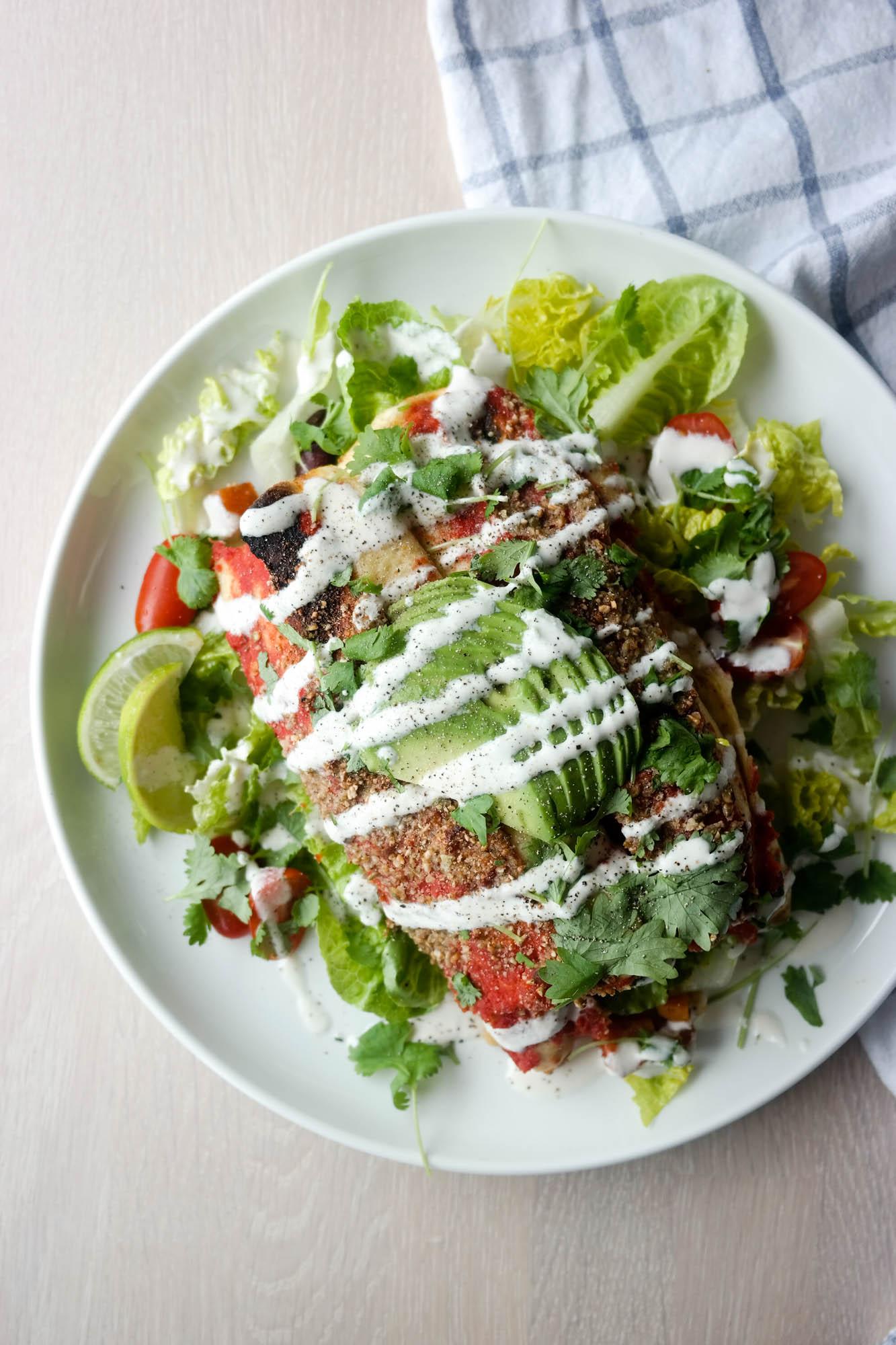 Lag veganske enchiladas med fyll av søtpotet, bønner og gresskarstrø, og ha en syrlig, deilig limesaus over til slutt!