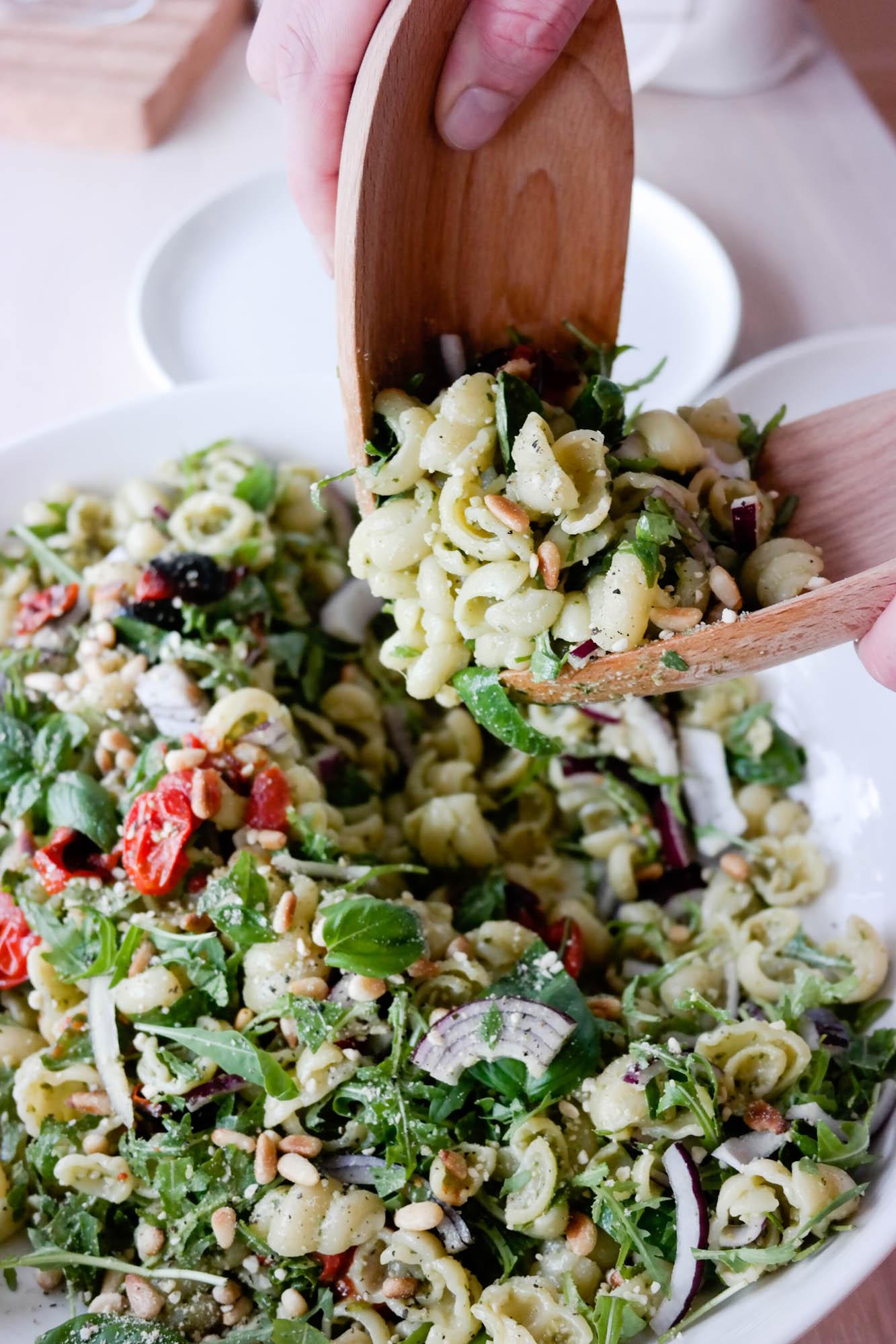 Pastasalat med grønn pesto og bakte tomater lager du på et kvarter!