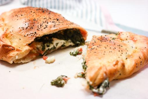 Alle pizzaer blir bedre som calzone. Se oppskriften på vegetarisk calzone med fyll av spinat, tomat og tre oster. Godt!