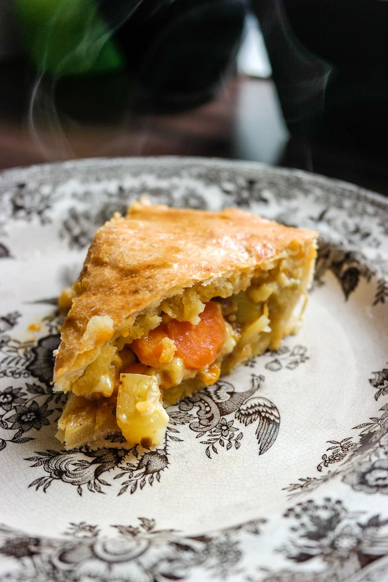 Lyst på noe godt til middag? I denne innbakte paien er det masse rotgrønnsaker og curry!