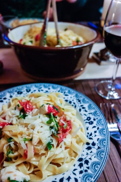 Kjapp, enkel og digg pasta? Tagliatelle med ovnsbakte tomater og fersk mozarella gjør hver fredag til en fest!