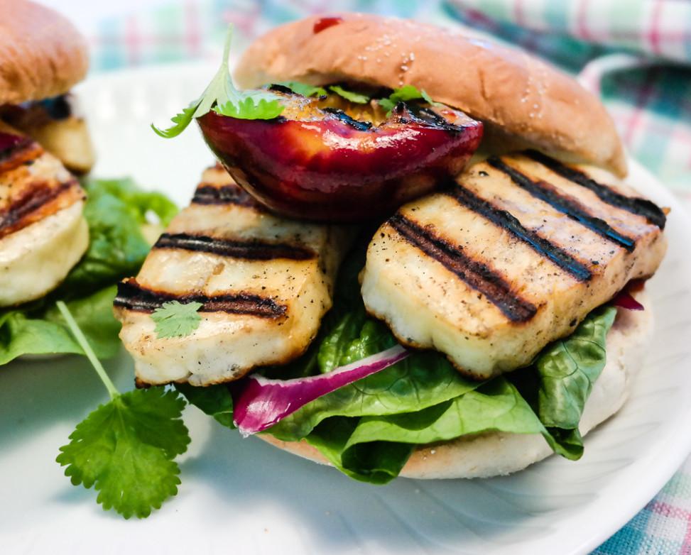 Prøv noe nytt på grillen i sommer - nemlig halloumi og nektarin! Salt og søtt, crunchy og soft!