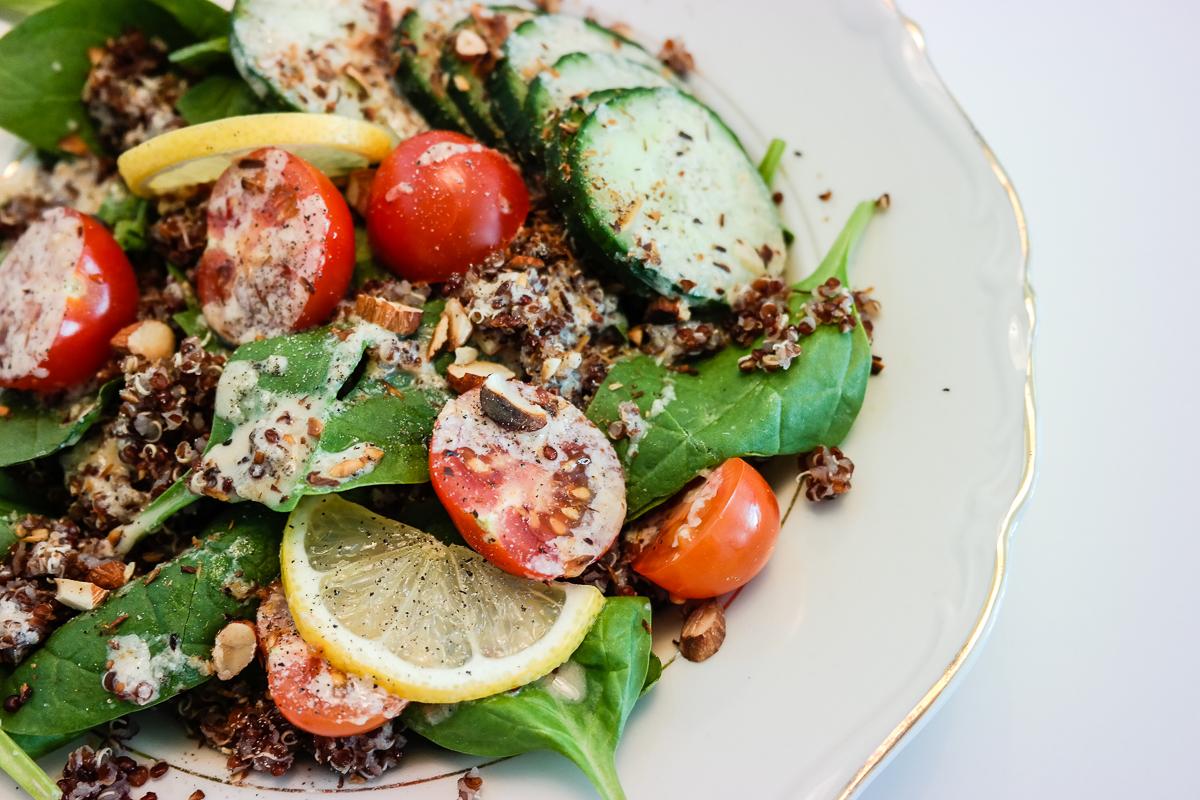 Frisk, crunchy, sunn og næringssalat til lunsj eller middag? Check!