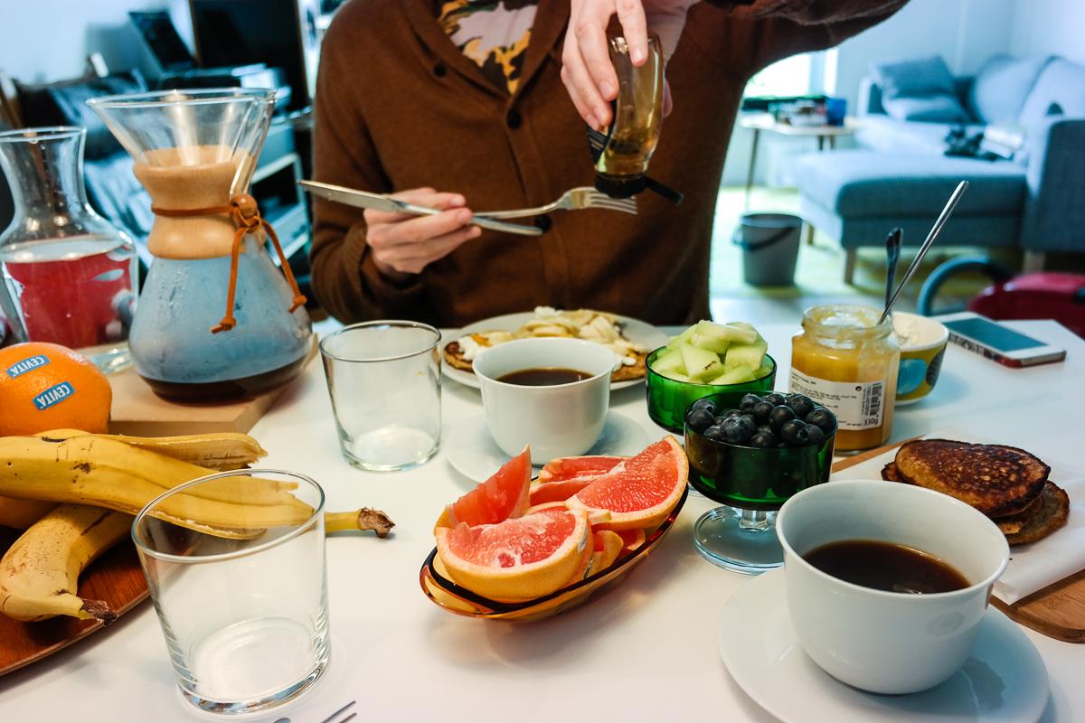 Det er dags for lang søndagsfrokost, og havrepannekaker med banan er et must! Server dem med frisk frukt og ristede nøtter.