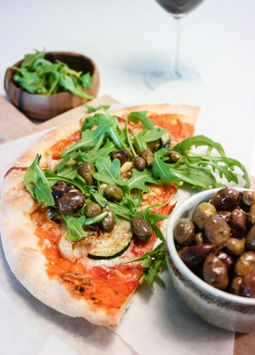 Hva gjør du når du har liten tid, men mååå ha pizza? Lager pizza, vel!
