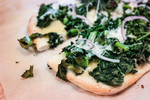 Alt du trenger for en god pizza er pizzadeig, ost og grønnkål. True story!