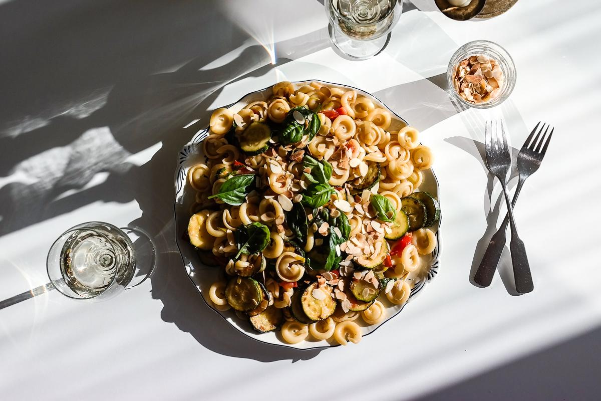 Sommer i lufta, pasta på tallerken. Friske grønnsaker, saus av urter, sitron og hvitvin.
