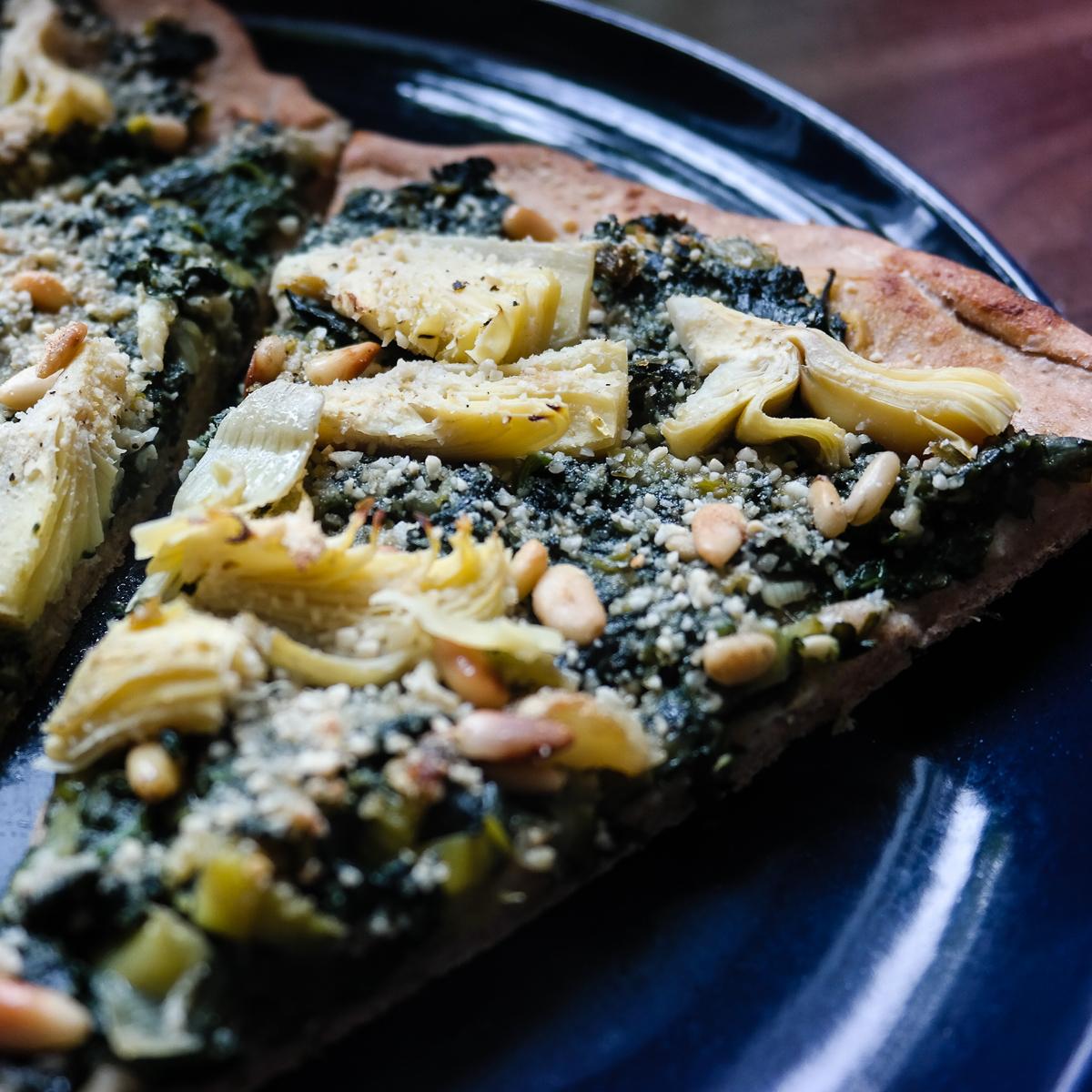 Pizza med grov bunn, spinat og artisjokkherte - yum!
