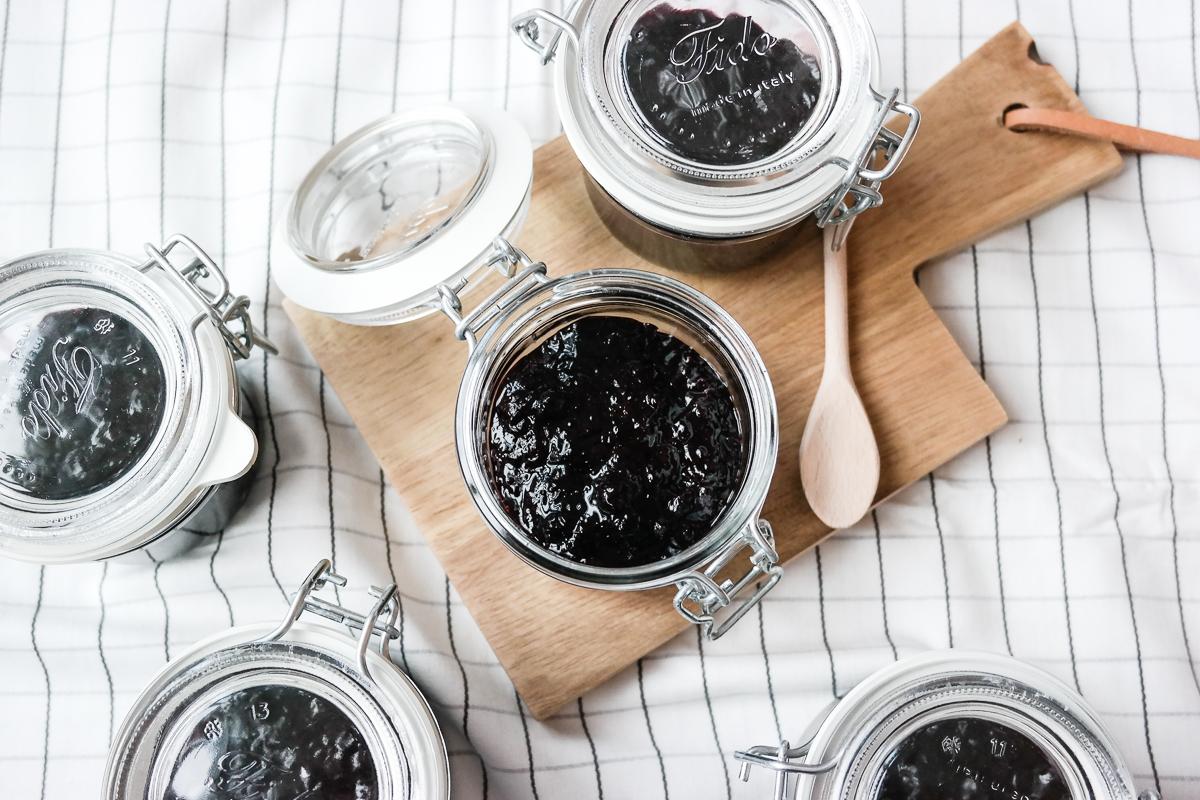 På bærtur? Lag ditt eget blåbærsyltetøy, helt uten sukker og konserveringsmidler. Chiafrø og lønnesirup gjør susen!