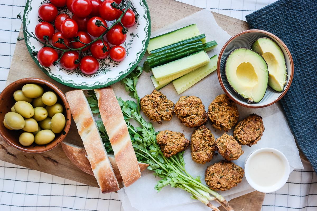 Lag veganske falafler av gulrot - og dypp dem i sesamsaus!