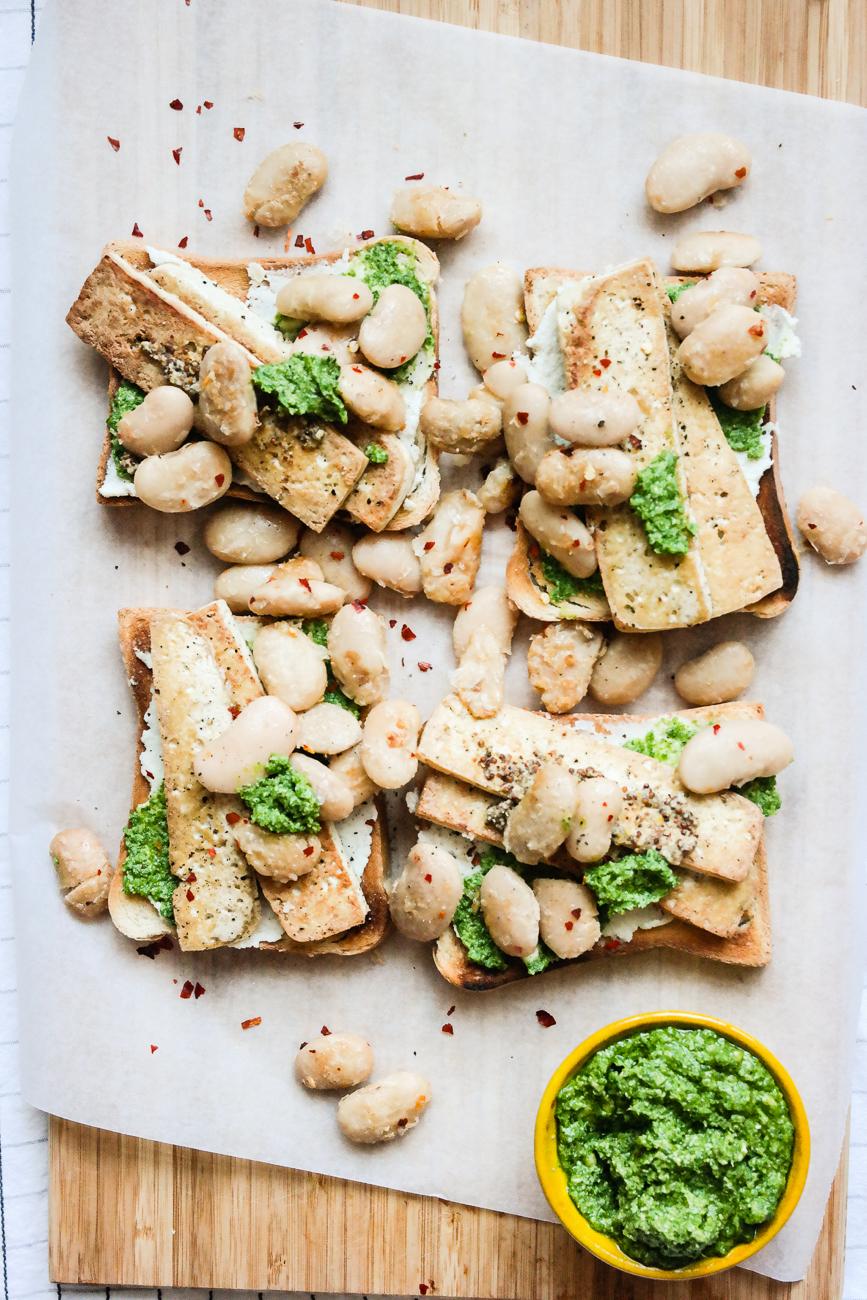 Toast med tofu, smørbønner, cashewkrem og grønnkålpesto