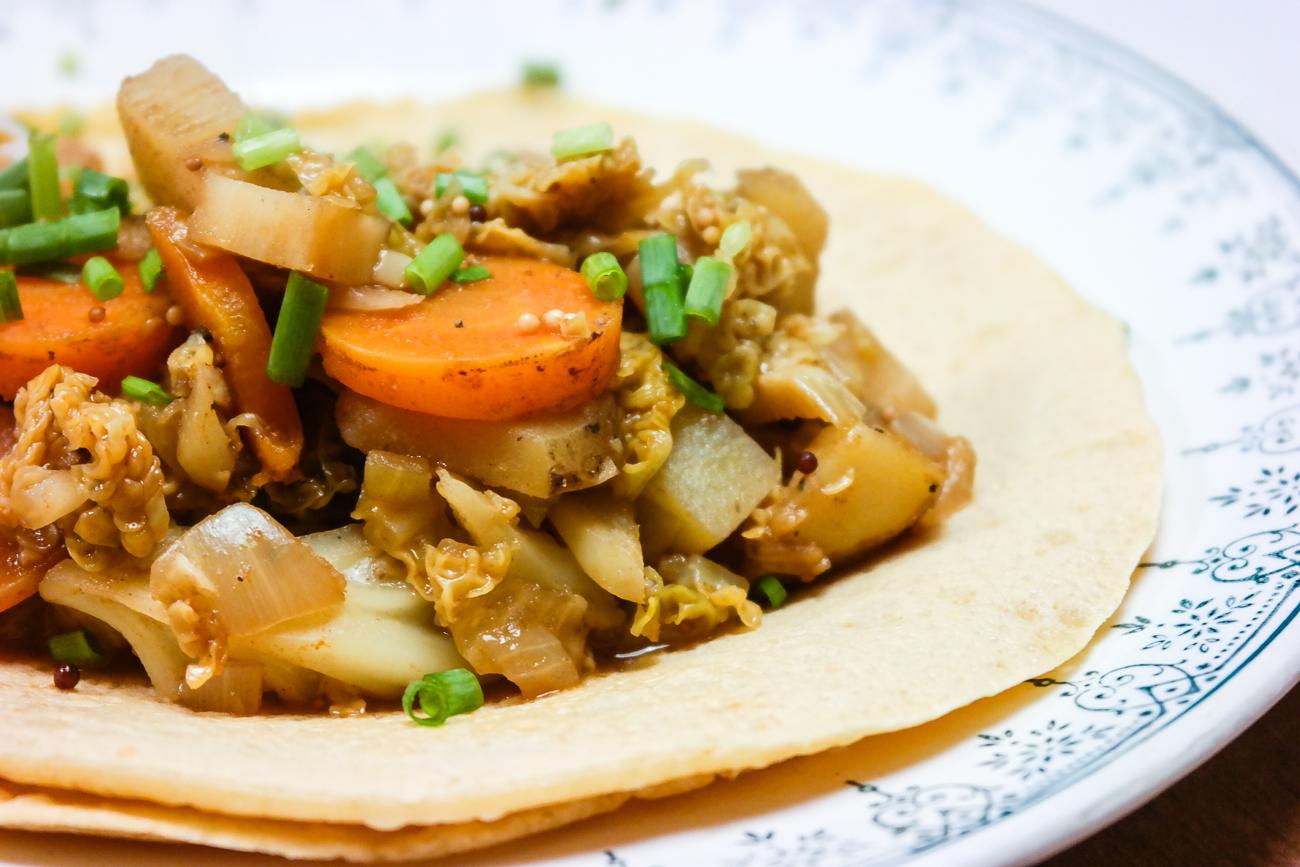 Kikertpannekaker med currygrønnsaker