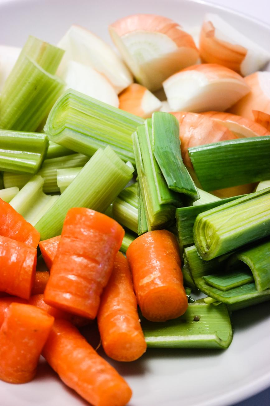 Ikke kast slappe grønnsaksrester! Kok kraft på dem. Litt tricky første gangen, men etter det er det som å sykle.