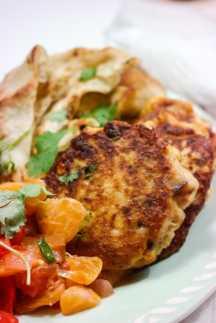 Meksikansk schvung over disse blomkålburgerne, med sterk sriracha, masse koriander og ikke minst salt feta.