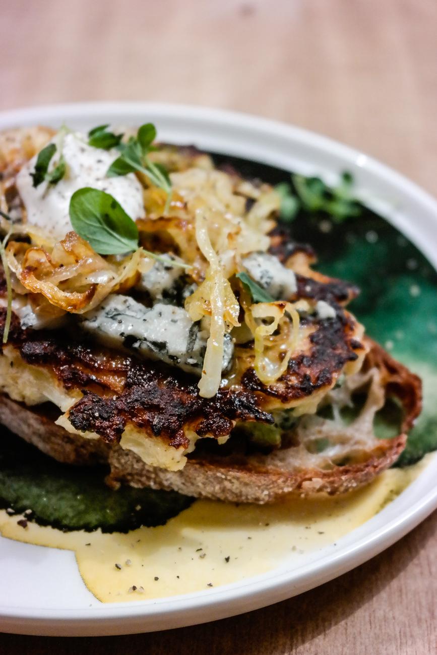 Blomkålburger med blåmuggost, frisk oregano og karmaellisert løk - blir det en bedre toast enn det? Neppe.