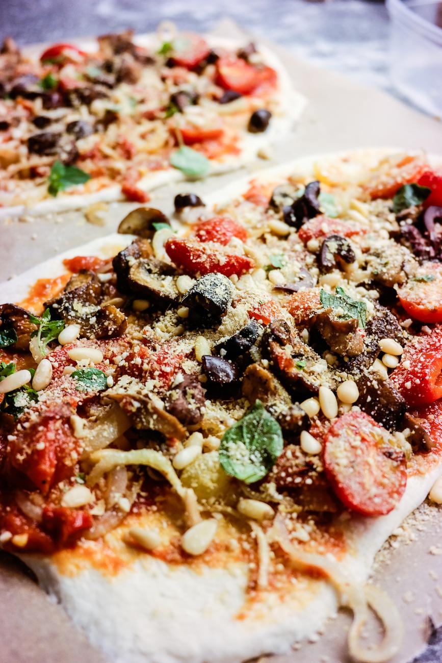 Den beste pizzaen har hjemmelaget tomatsaus, sauterte grønnsaker og prikken over i'en: Topping!