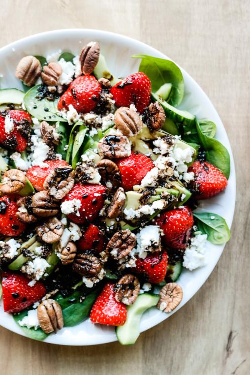 Jordbær er nydelig i salat sammen med avocado og en pepperbalsamicodressing.
