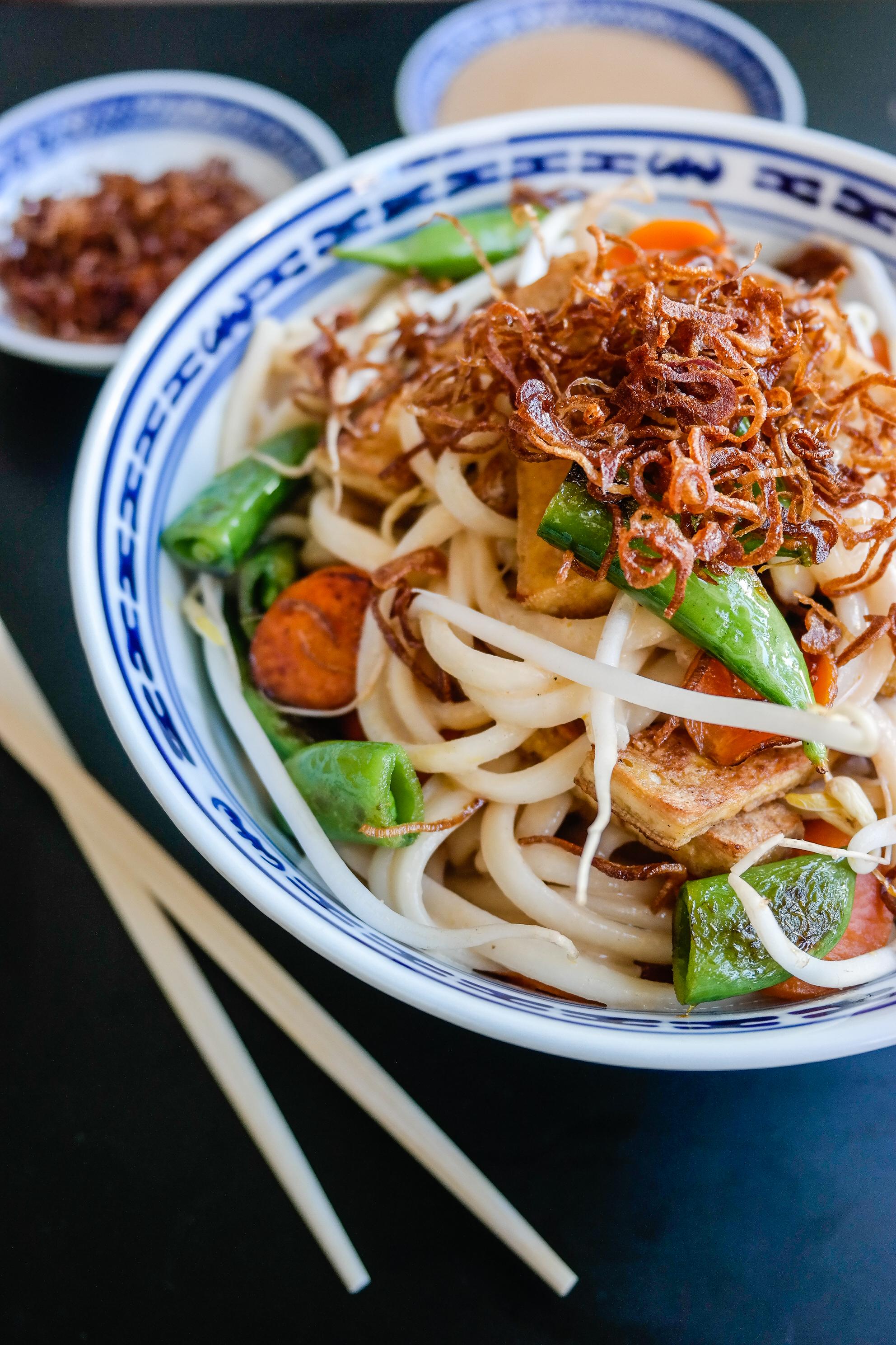 Det beste i verden er peanøttsaus - og denne varianten, satay, er med curry og kokosmelk. Yum!
