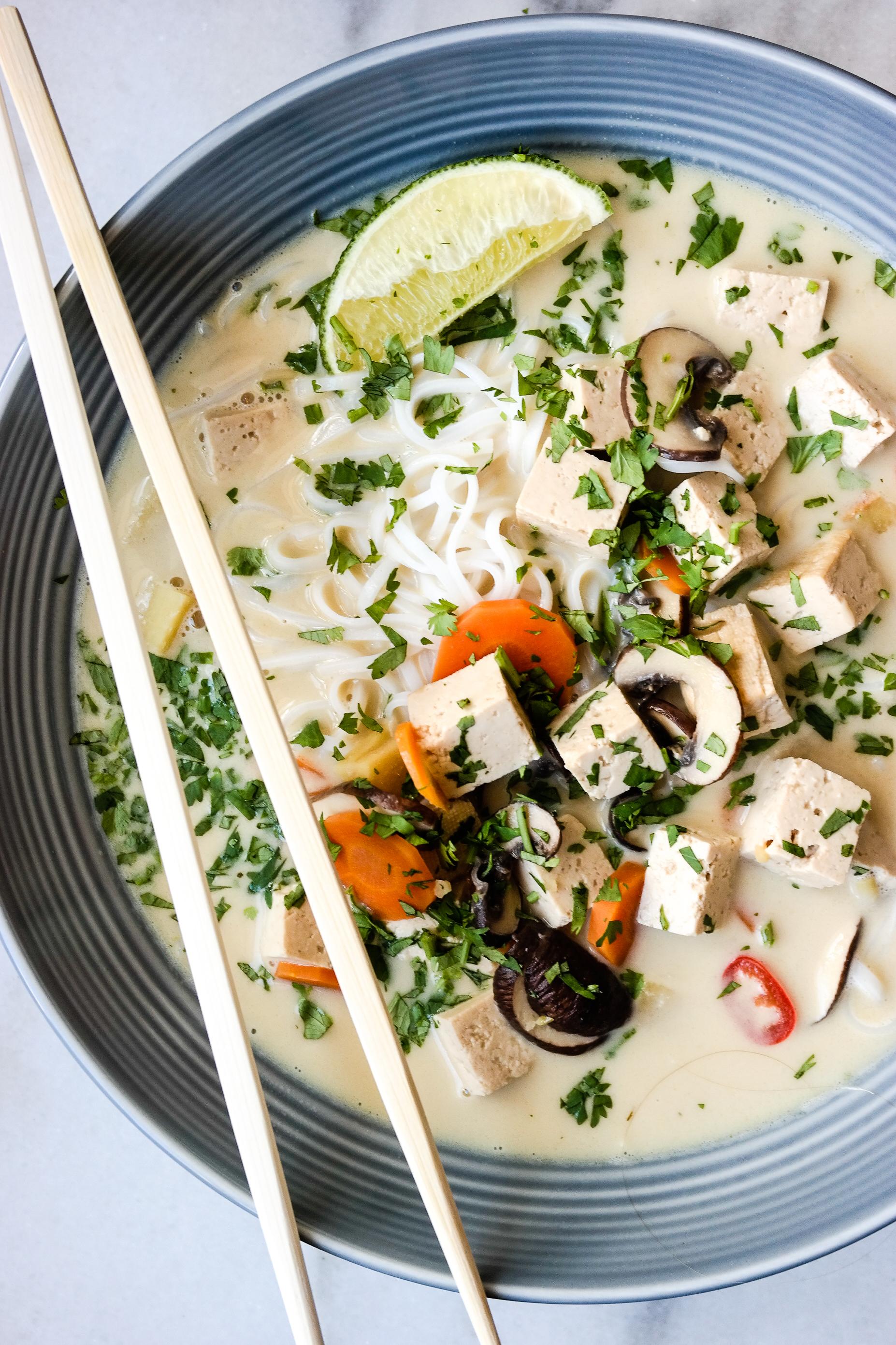 Høsten er på vei, dere. Og uansett om du liker høsten eller ei, så liker du asiatisk kokos- og limesuppe med tofu og risnudler.