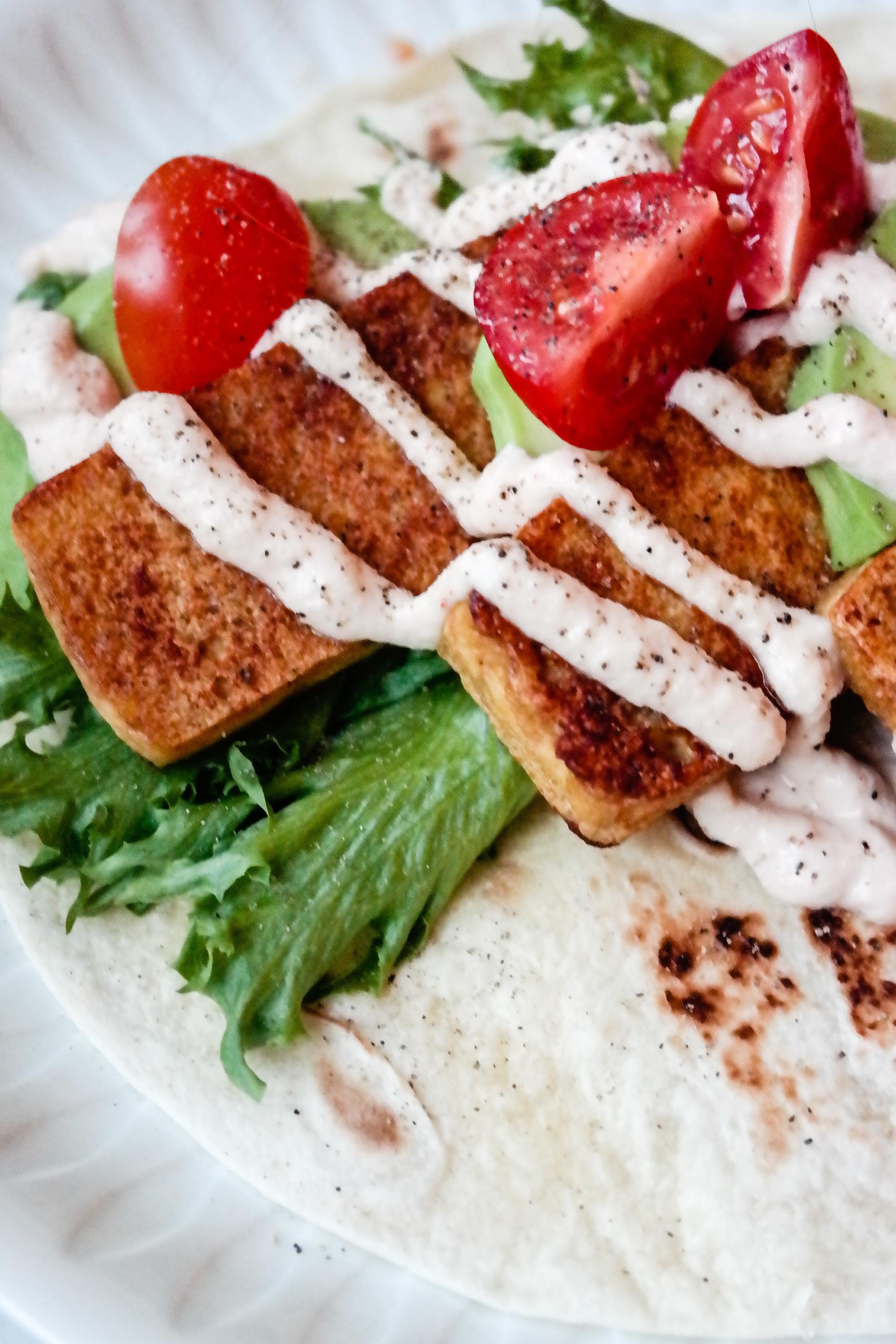 Trenger du en rask, sunn og digg middag som kan spises med henda? Wrap med tofu og srirachakrem er løsningen. Alltid.