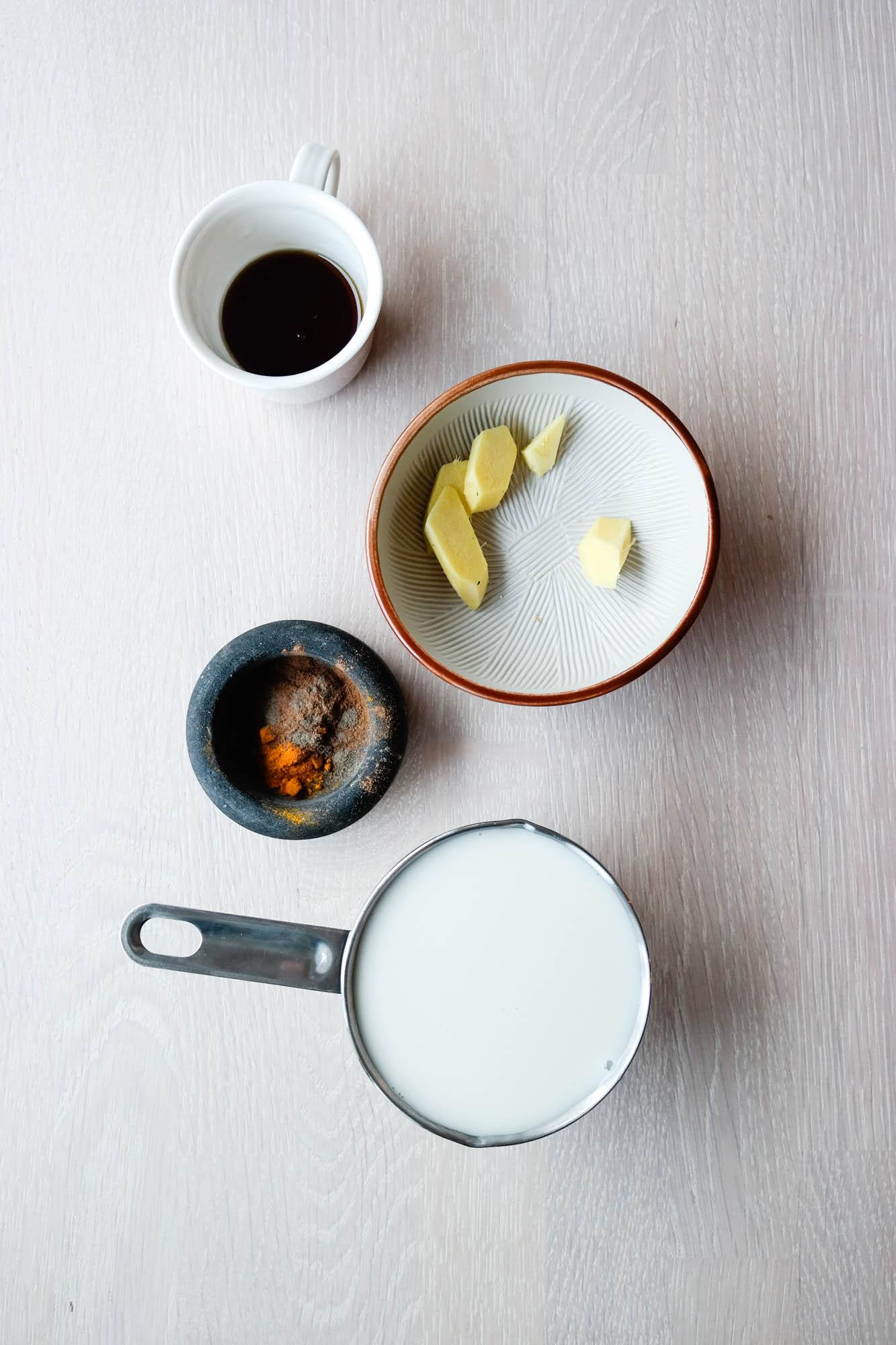 Lag krydret, varm mandelmelk med smak av ingefær, gurkemeie og kanel. SÅ godt i vinterkulda!