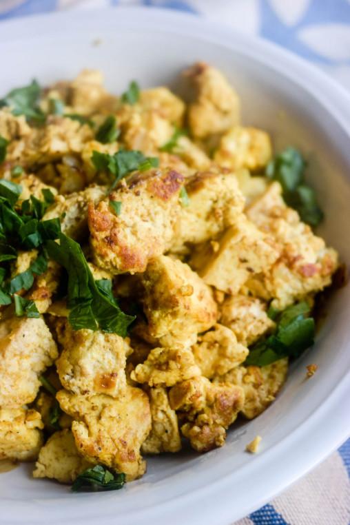 Scrambled tofu er ikke eggerøre, og smaker ikke som eggerøre, men er det himla god frokost? Ja, det er det.