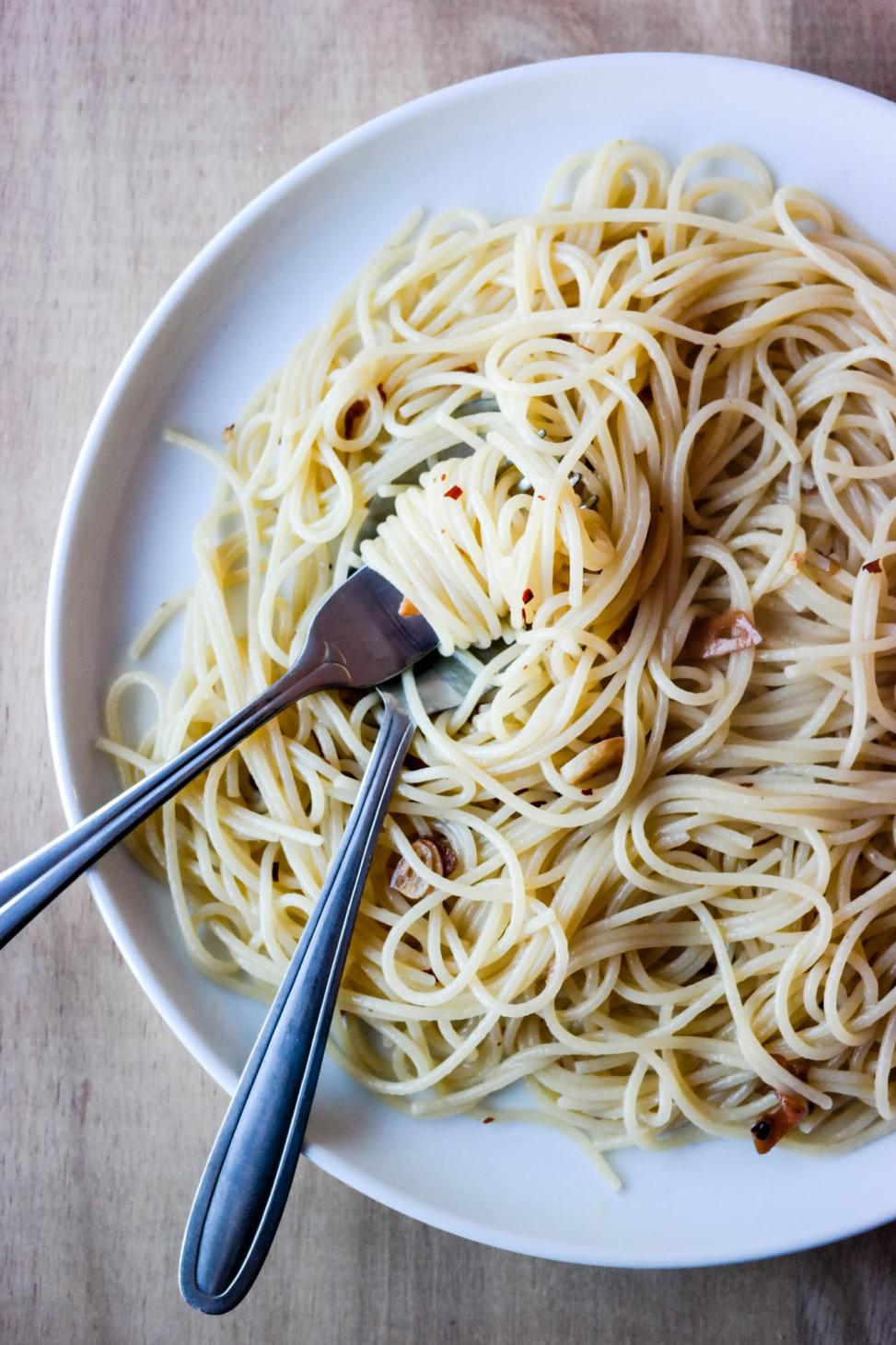 Vegansk spaghetti aglio e olio er den perfekte luksusmiddagen!