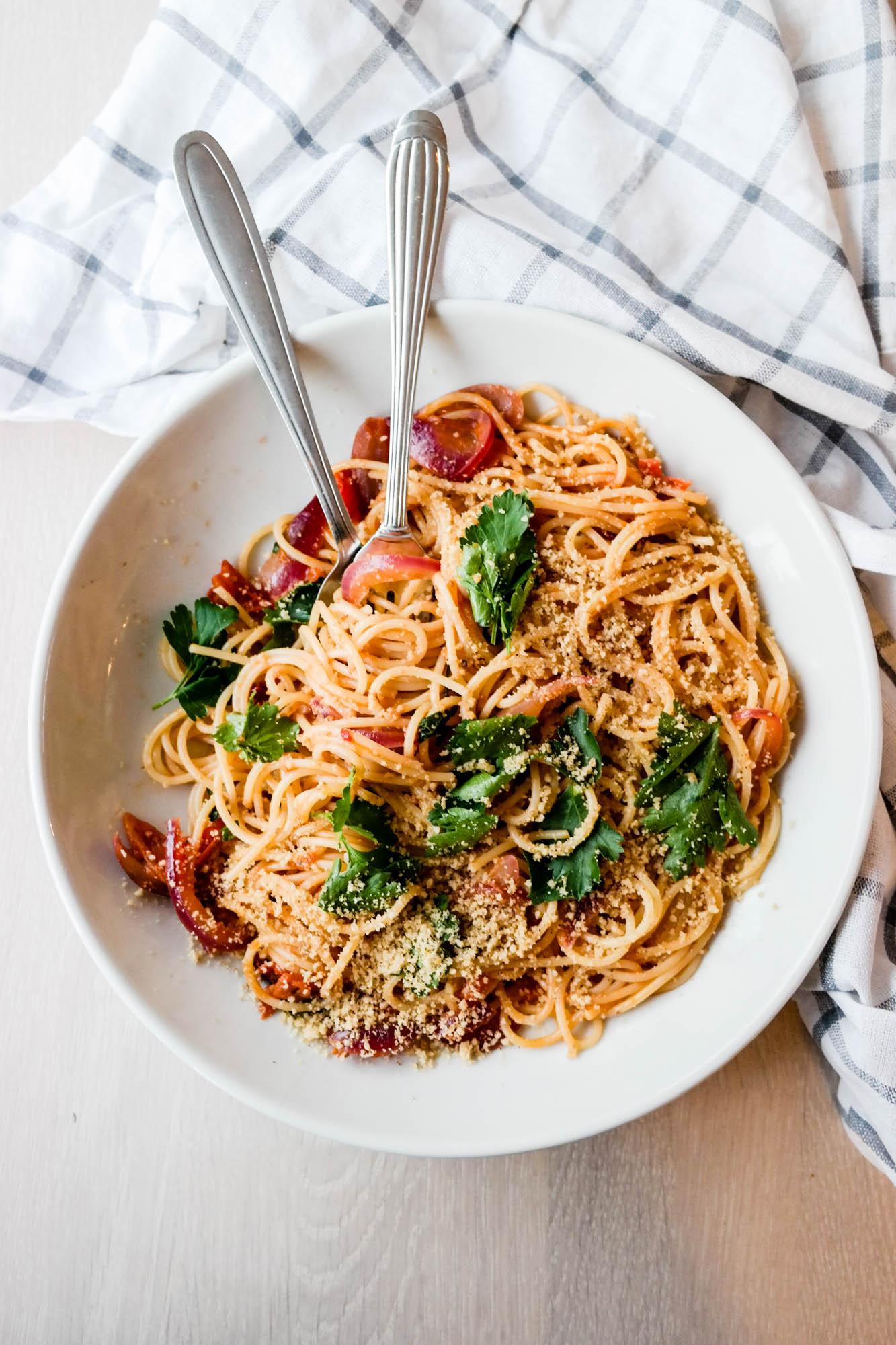 Alt du trenger for å lage fantastisk tomatsaus - cherrytomatsaus, attpåtil - er fem ingredienser. Fem!