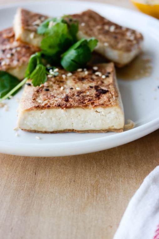 Ikke vær redd for tofu! Her har du en superenkel grunnoppskrift på tofu med sesamsmak.