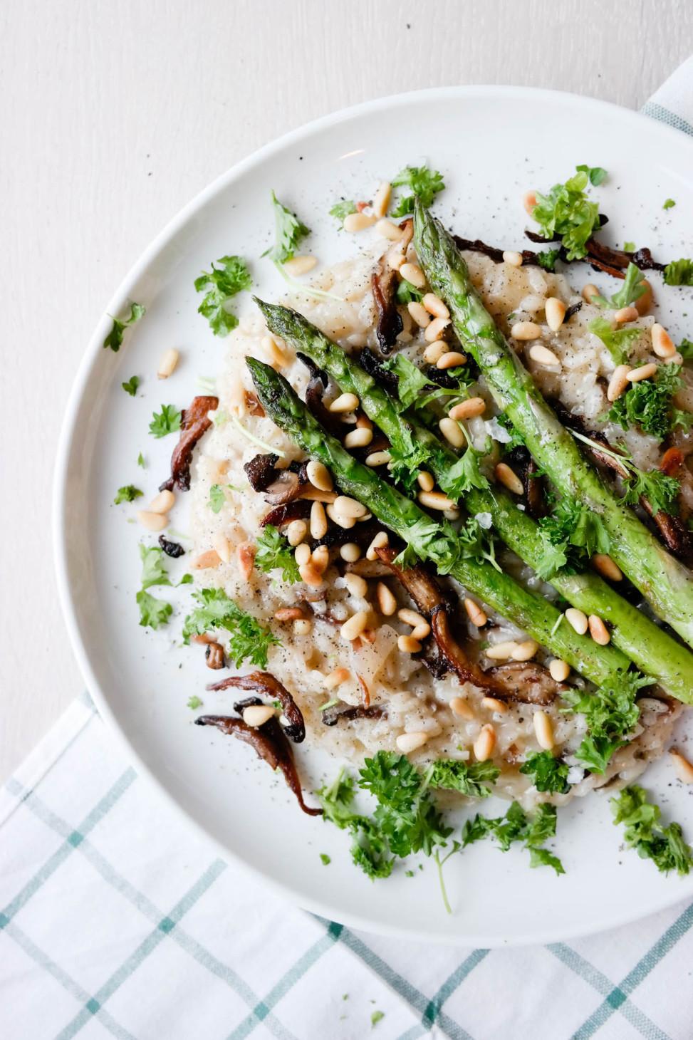 Vegansk risotto med hjemmelaget kraft, østerssopp, asparges og pinjekjerner er den ultimate søndagsmiddagen!