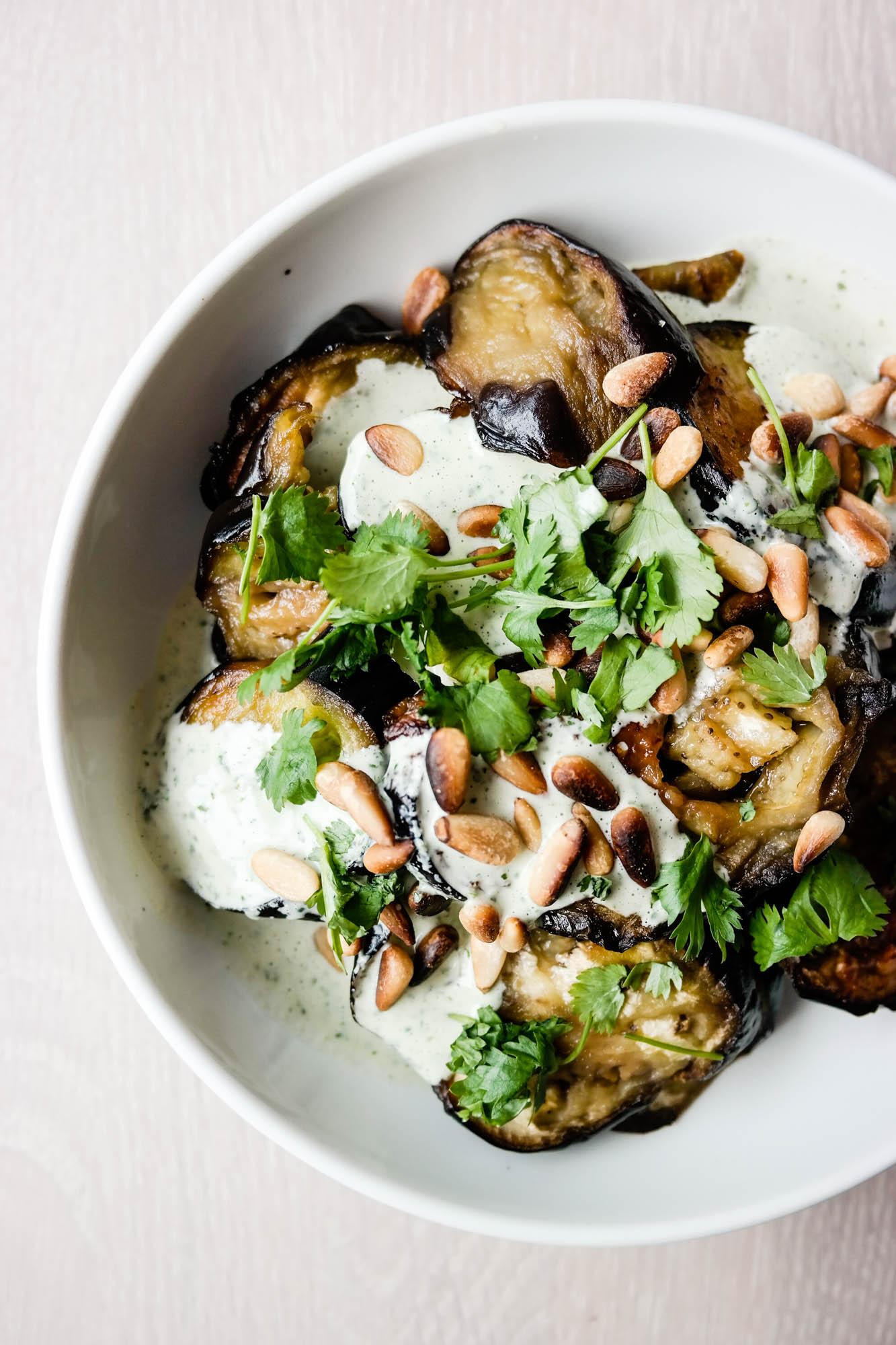 Lyst på noe godt med aubergine? Test ut ovnsbakt aubergine med koriander- og tahinisaus!