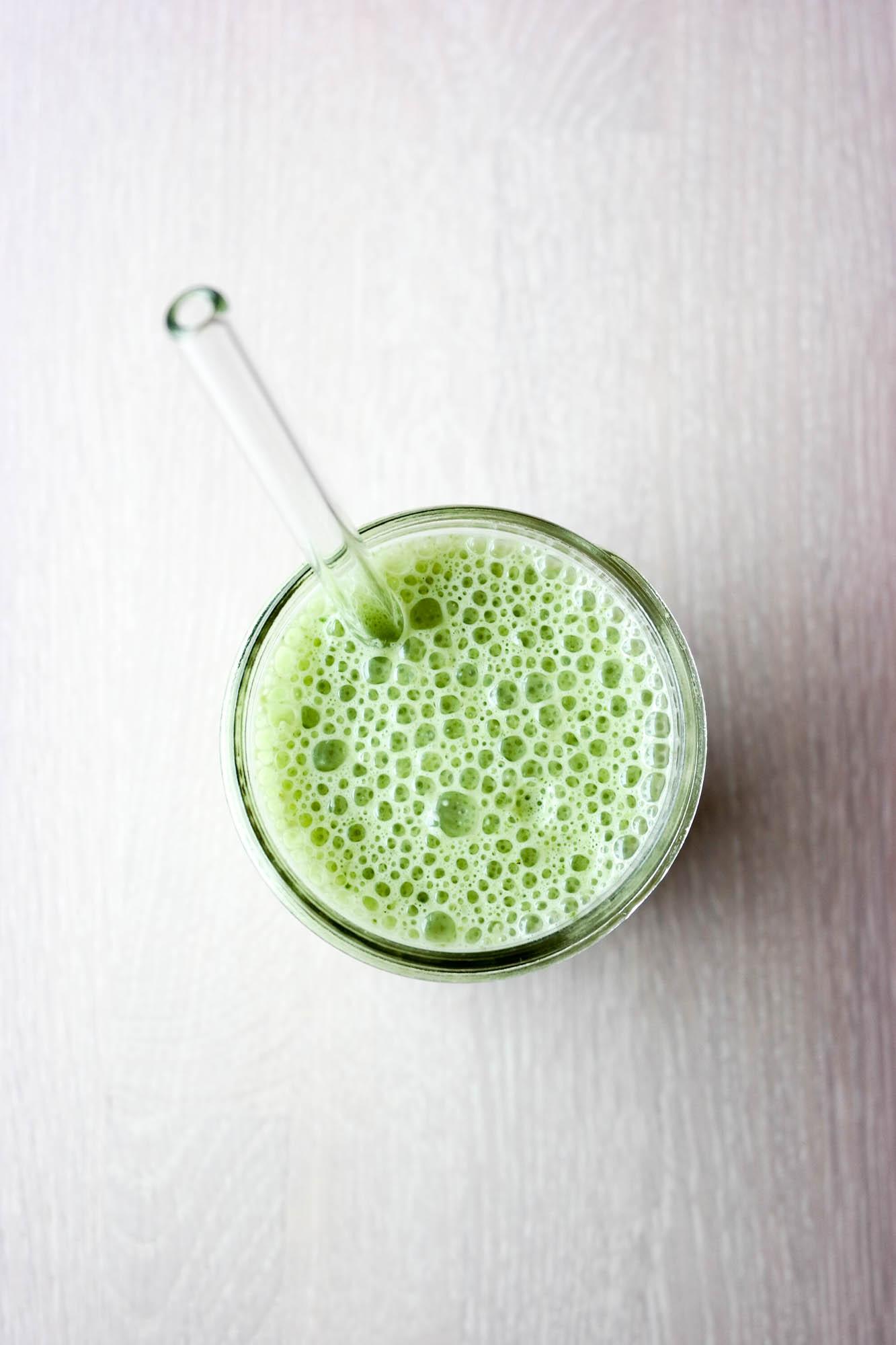 Frisk, vegansk smoothie med spinat med ingefær og kanel