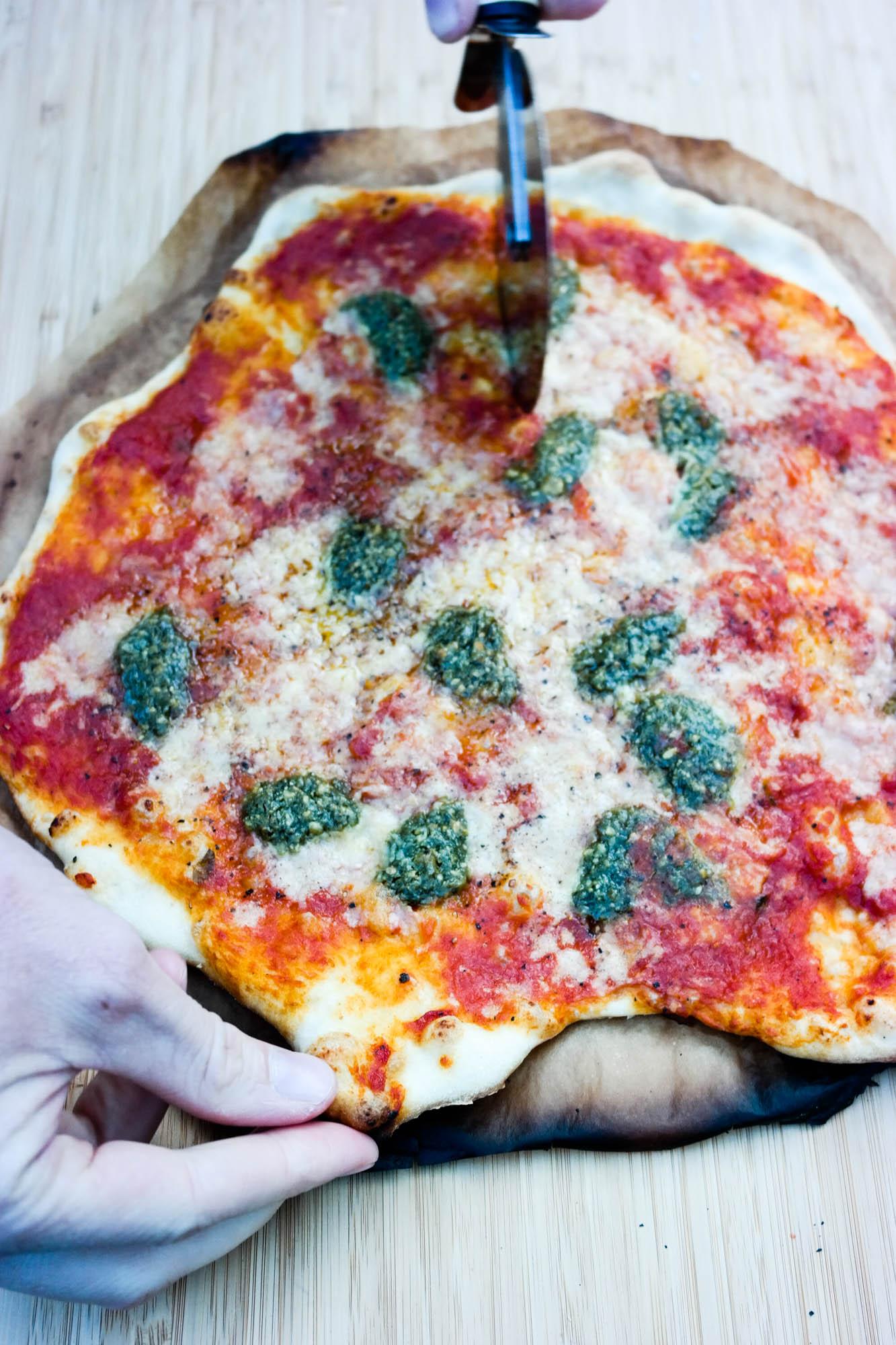 Om du kan grille pizza? Ja, det kan du! Pizza med vegansk ost og tomatsaus, for eksempel.