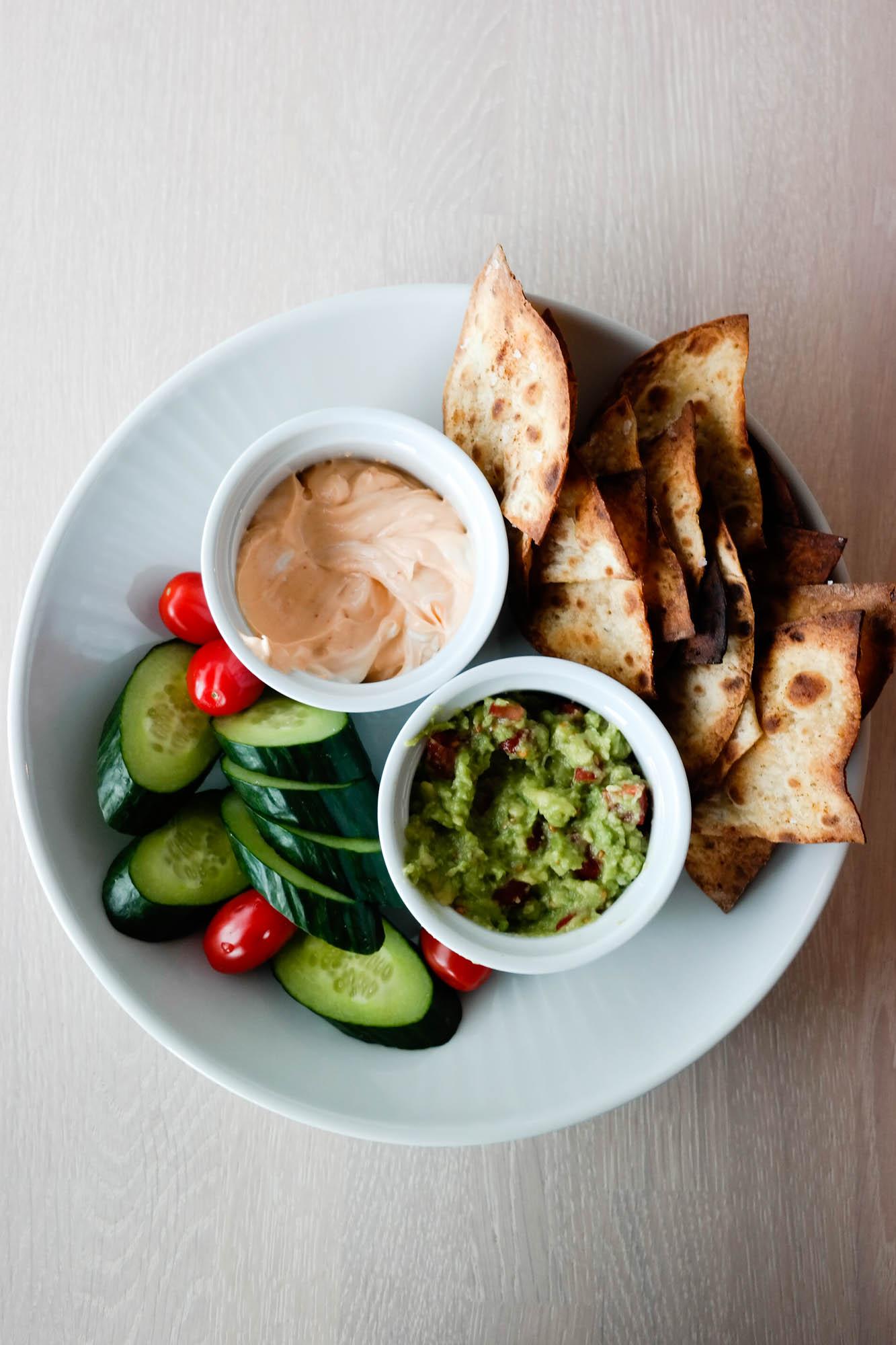 Ikke kast mat! Bruk heller restene til å lage en skikkelig restefest, for eksempel speltlompechips med guacamole.