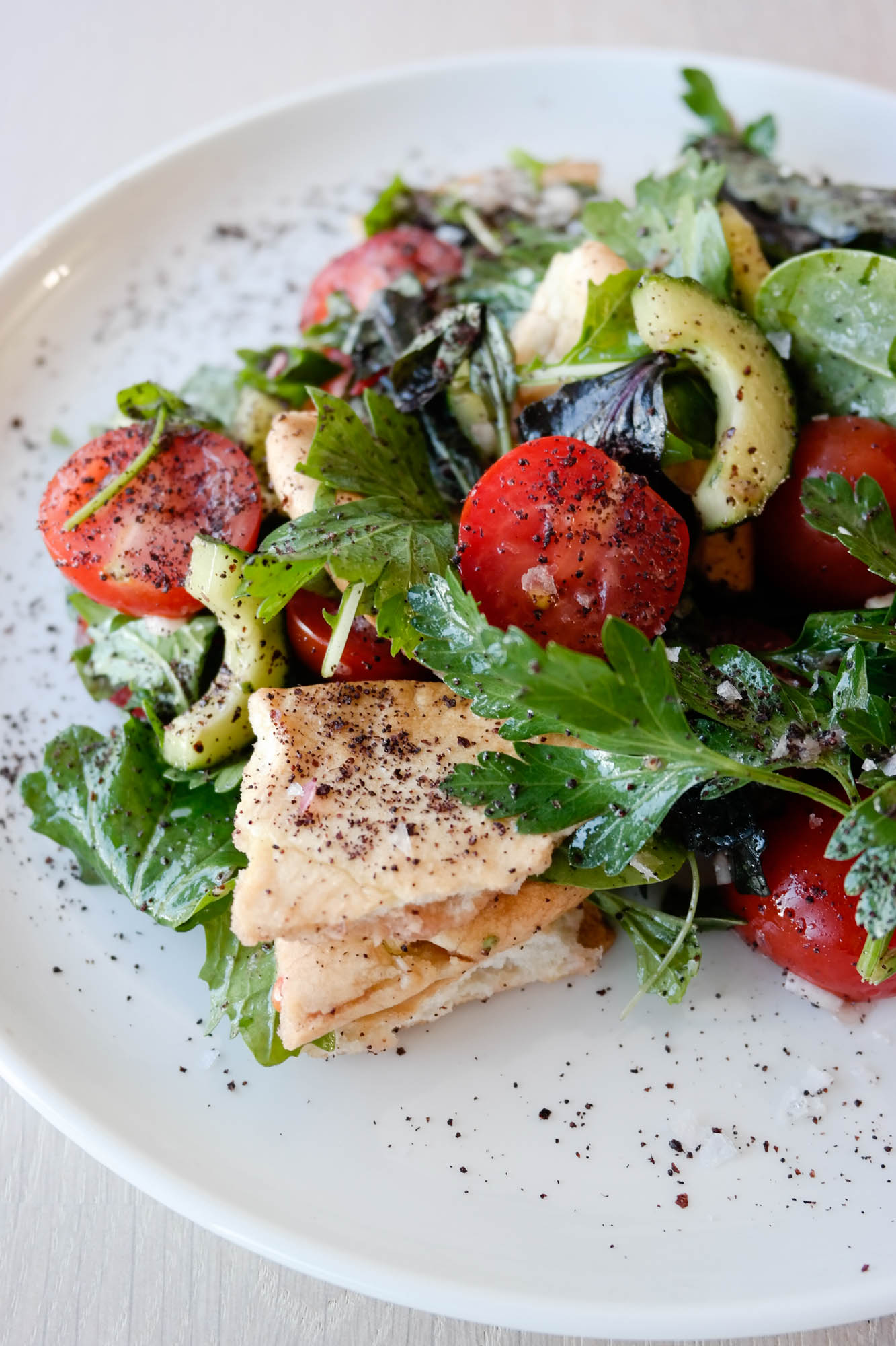 Fattoush, levantinsk brødsalat, er en perfekt salat til lunsj eller middag. Vegansk er den og!