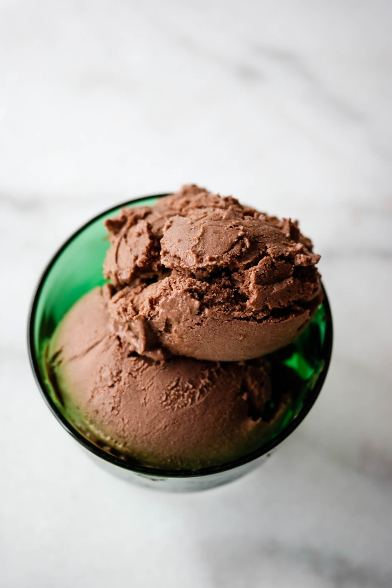 Om du kan lage vegansk sjokoladeis hjemme uten ismaskin? Ja, det kan du!