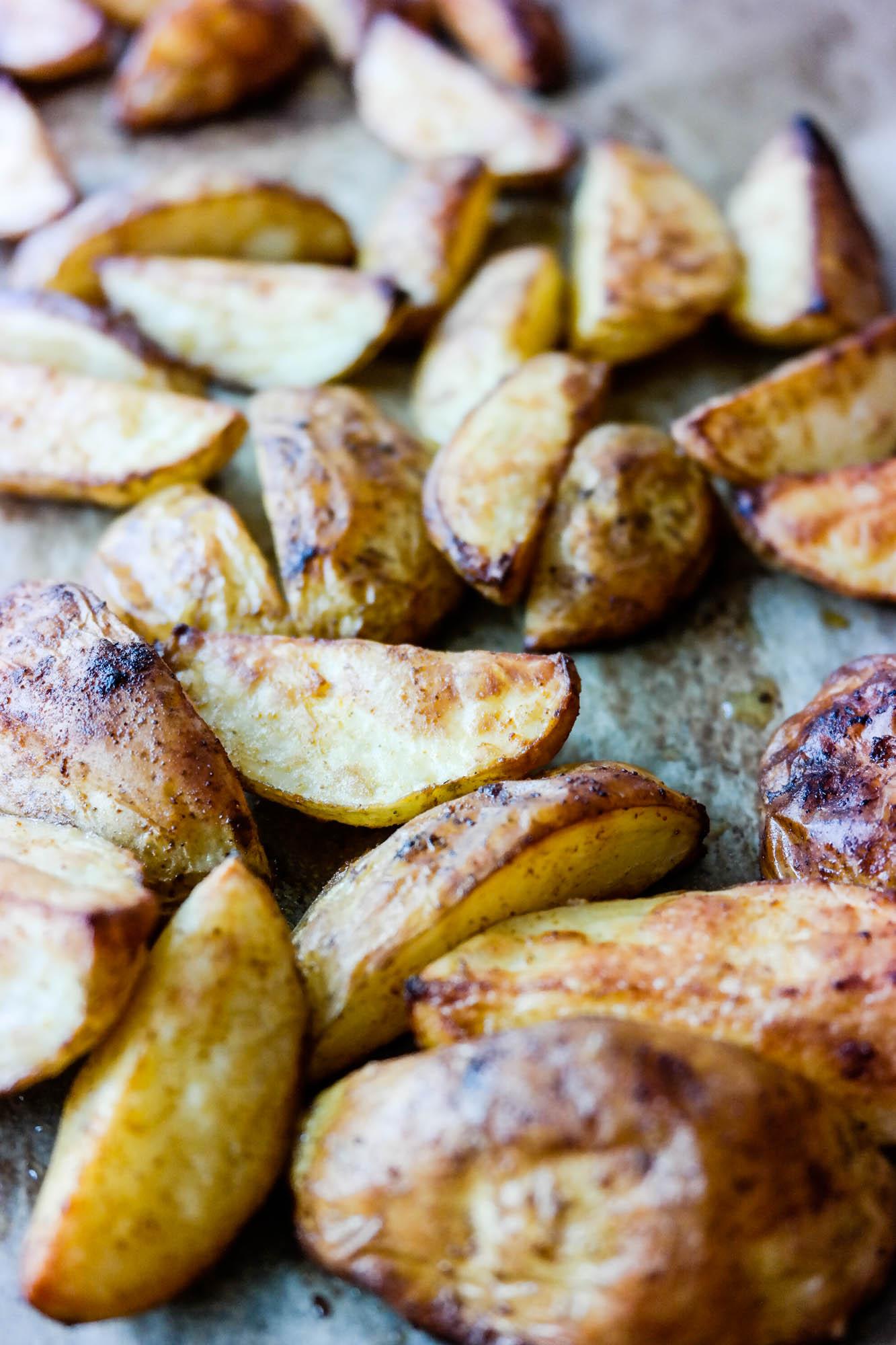 Er det noe bedre enn helt perfekte ovnsbakte poteter med varm paprika og litt aioli ved siden av...?