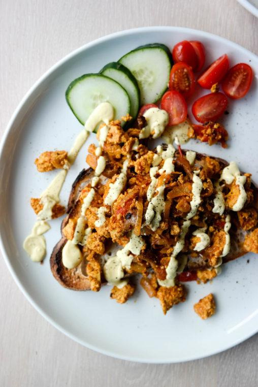 Vegansk luksusfrokost med Scrambled tofu med tomat og sopp